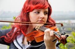 Primer del adolescente que toca el violín al aire libre Foto de archivo libre de regalías