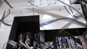 Primer del alambre de la máquina El panel el?ctrico con los fusibles y los contactores Cables internos con los contadores del dis metrajes