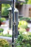 Primer del alimentador del pájaro en la ejecución del jardín en el pastor Hook fotografía de archivo