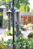 Primer del alimentador del pájaro en la ejecución del jardín en el pastor Hook fotos de archivo