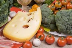 Primer del alimento con el bróculi, tomates, queso Foto de archivo libre de regalías