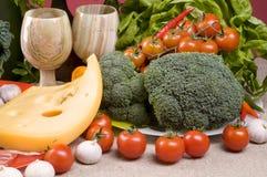 Primer del alimento con el bróculi, tomates, queso Imagen de archivo