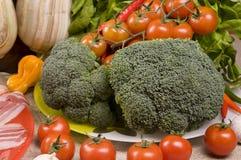 Primer del alimento con el bróculi, tomates, tocino Fotos de archivo