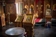 Primer del altar Interior de la iglesia ortodoxa en Pascua Bautizo del bebé Ceremonia a en cristiano baño en Foto de archivo libre de regalías