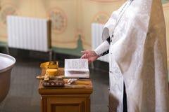Primer del altar Interior de la iglesia ortodoxa en Pascua Bautizo del bebé Ceremonia a en cristiano baño en Fotografía de archivo libre de regalías