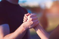 Primer del apretón de manos masculino y femenino al aire libre Imagen de archivo