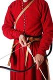 Primer del arqueamiento con la flecha en las manos masculinas. Imágenes de archivo libres de regalías