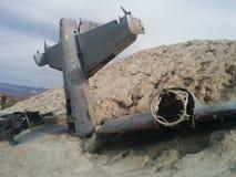 Primer del avión estrellado en la pequeña colina del desierto foto de archivo libre de regalías