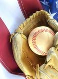 Primer del béisbol gastado y mitón en un fondo de la bandera de los E.E.U.U., grandes para el pasatiempo preferido de América Ima imagenes de archivo