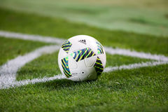 Primer del balón de fútbol en la esquina Imagen de archivo