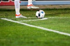 Primer del balón de fútbol y pies del jugador Fotografía de archivo