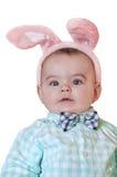 Primer del bebé con los oídos y la corbata de lazo de conejo en fondo aislado Fotografía de archivo