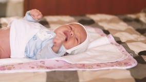 Primer del bebé recién nacido gritador metrajes