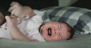 Primer del bebé recién nacido gritador que es cogido por la madre almacen de metraje de vídeo