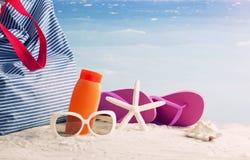 Primer del bolso de la playa del verano en la playa arenosa Imagenes de archivo