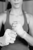 Primer del boxeador de sexo femenino joven con implicados los puños imagen de archivo libre de regalías
