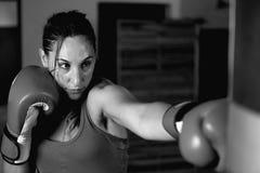 Primer del boxeador de sexo femenino joven que practica en gimnasio fotos de archivo libres de regalías