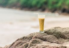 Primer del cóctel de la fruta de la pasión en la playa Fotos de archivo libres de regalías