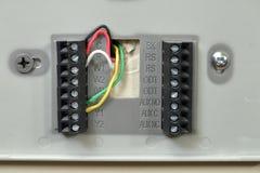Primer del cableado del termóstato en la pared fotos de archivo