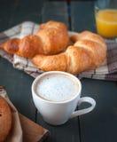 Primer del café con el desayuno continental en fondo oscuro imagenes de archivo
