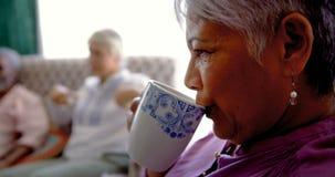 Primer del café de consumición de la mujer mayor caucásica activa en la clínica de reposo 4k almacen de video