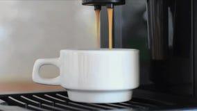 Primer del café express de colada de la máquina del café en pequeña taza blanca almacen de video