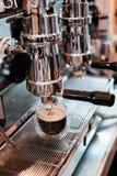 Primer del café express que vierte de la máquina del café C profesional Fotos de archivo