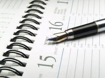Primer del calendario y de la pluma imagen de archivo libre de regalías