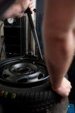 Primer del cambio del neumático Fotos de archivo