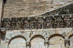 Primer del capital decorativo y friso en una iglesia en el centro de ciudad de Nimes Fotografía de archivo libre de regalías