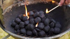 Primer del carbón que brilla intensamente en parrilla del metal el día de verano en jardín metrajes