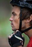 Primer del casco de la bicicleta del motorista masculino de la montaña que lleva Fotos de archivo