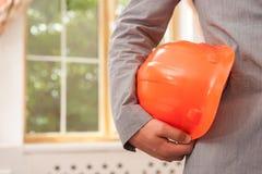 Primer del casco de protección que se sostiene por el arquitecto Imágenes de archivo libres de regalías