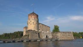 Primer del castillo de Olavinlinna, día soleado en julio Savonlinna, Finlandia almacen de metraje de vídeo