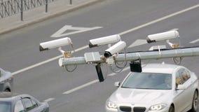 Primer del CCTV de la vigilancia de la cámara de seguridad del tráfico cuatro en el camino en la ciudad grande almacen de video