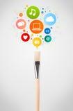 Primer del cepillo con los iconos sociales de la red Foto de archivo libre de regalías
