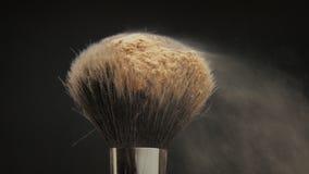 Primer del cepillo negro con un polvo facial en él almacen de video