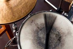Primer del cepillo del tambor negro en un tambor y una pieza lamentables blancos de а del platillo de oro Concierto del concepto fotos de archivo