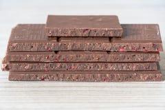 Primer del chocolate con leche con el relleno imagenes de archivo