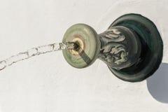 Primer del chorro de agua que cae en una piscina Imágenes de archivo libres de regalías