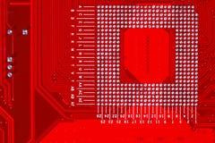 Primer del circuito electrónico rojo de la placa madre con el procesador Imagenes de archivo