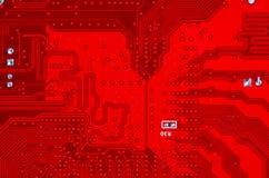 Primer del circuito electrónico rojo de la placa madre con el procesador Fotografía de archivo libre de regalías