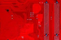 Primer del circuito electrónico rojo de la placa madre con el procesador Imágenes de archivo libres de regalías