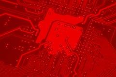 Primer del circuito electrónico rojo de la placa madre con el procesador Fotografía de archivo