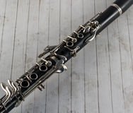 Primer del clarinete en el fondo de madera blanco Imagenes de archivo