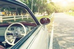Primer del coche del vintage con el camino - fil retro del estilo del efecto del color Fotos de archivo