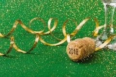 Primer del corcho del champán con Año Nuevo de los números 2018 en fondo verde Imagenes de archivo