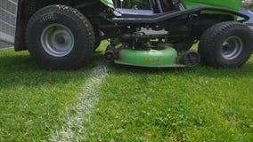 Primer del cortacéspedes que corta la hierba metrajes