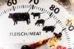 Primer del corte de un termómetro mecánico viejo de la parrilla, sucio y feo en el final de la estación de la parrilla fotografía de archivo libre de regalías