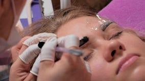 Primer del cosmetologist que hace procedimiento microblading Maquillaje permanente Tatuaje permanente de cejas almacen de metraje de vídeo